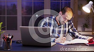 Empreendedor envolvido lendo e assinando documentos filme