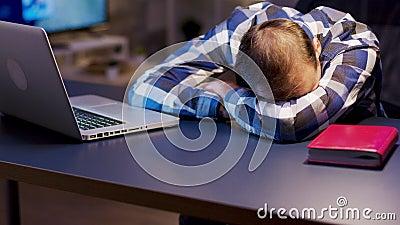 Empreendedor sobrecarregado deitado e dormindo em cima da mesa no escritório de sua casa filme