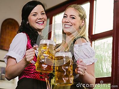 Empregadas de mesa lindos de Oktoberfest com cerveja