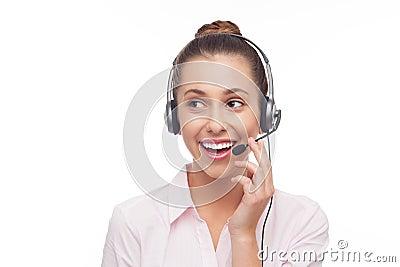 Empregado do centro de atendimento com uns auriculares