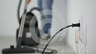 Empregado do homem de uma empresa de limpeza para usar um aspirador de p30 na sala do escritório filme