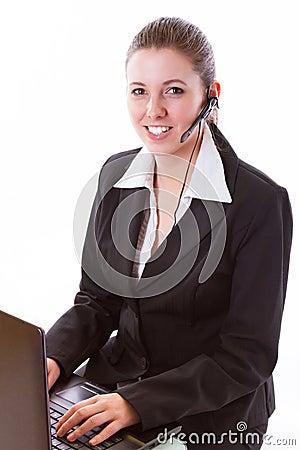 Empregado novo do centro de atendimento com uns auriculares