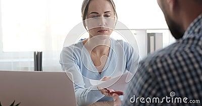 Empresária discutindo papelada com colega macho vídeos de arquivo