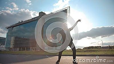 Empresário maluco a dançar ao ar livre celebrando o sucesso ou o fim de semana filme