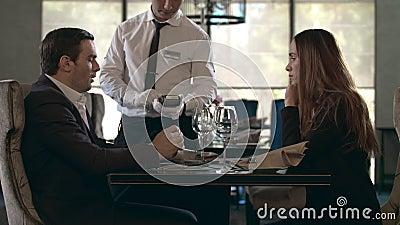 Empresário pagando a conta do restaurante por cartão de crédito Empresário pagando a conta filme