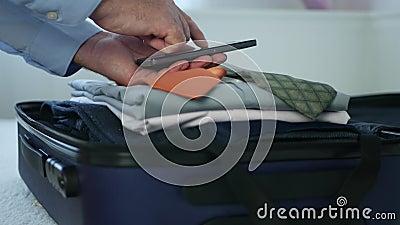Empresário Verificando uma Lista Usando o Cellphone Prepare Suitcase para Viagens Comerciais filme