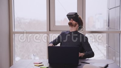 Empresários criativos no escritório moderno Criação de aplicativos ou programas para a realidade virtual e aumentada Designer video estoque
