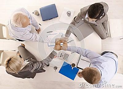 Empresários que mantêm as mãos unidas