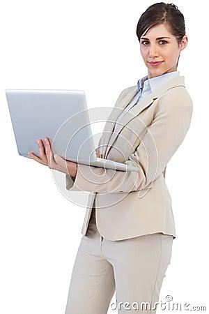 Empresaria joven confiada con el ordenador portátil