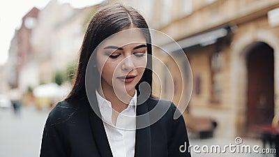Empresaria joven que usa el teléfono móvil cerca de centro de negocios Mujer que usa el teléfono móvil para la voz de la comunica almacen de metraje de vídeo