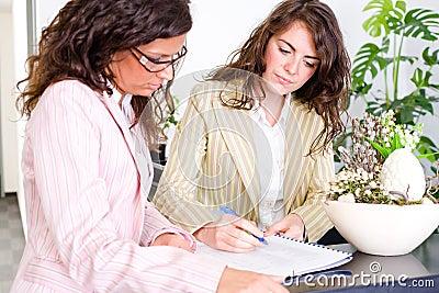 Empresarias que trabajan junto