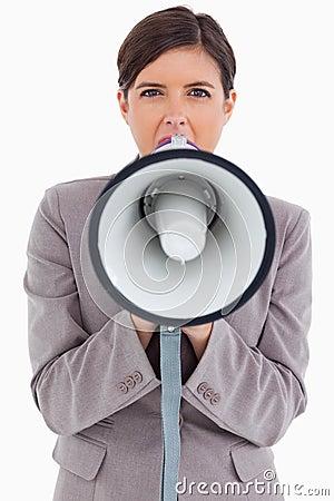 Empresario de sexo femenino que grita a través del megáfono