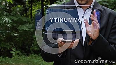 Empresario usa holograma con texto Comunidad metrajes
