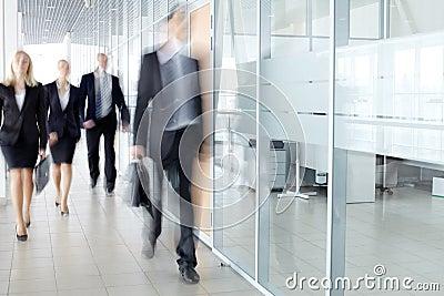 Empresarios en pasillo