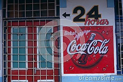 En advertizing undertecknar för cocaen - cola, Mocambique Redaktionell Fotografering för Bildbyråer