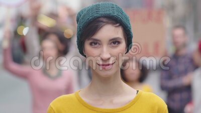 En bestämd ung kvinna i protest lager videofilmer
