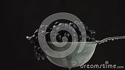 En el vídeo que vemos las uvas en un tamiz, en el medio del comienzo video del agua que baja del top, cámara va de almacen de video