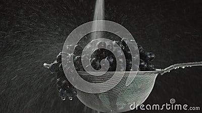 En el vídeo que vemos las uvas en un tamiz, en el medio del comienzo video del agua que baja del top, cámara va de almacen de metraje de vídeo