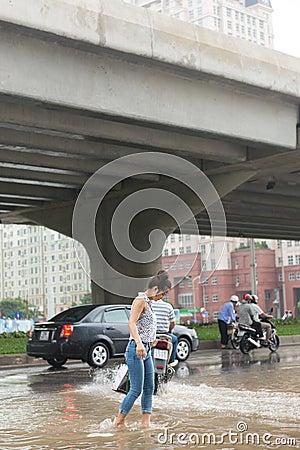 En flicka som korsar Pham Hung Road Redaktionell Arkivfoto