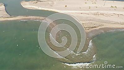En flod som rinner ut i havet arkivfilmer