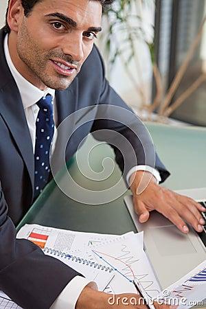 En fokuserad försäljningsperson som studerar statistik