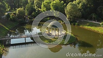 En gazebo på en ö i Theophania Park lager videofilmer