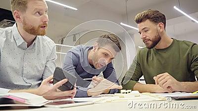 En grupp arkitekter som arbetar tillsammans med blåkort lager videofilmer