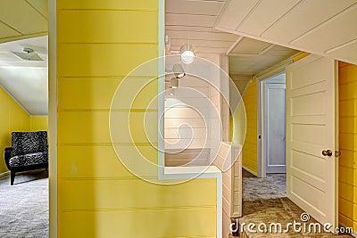 en haut couloir avec le mur jaune lumineux photo stock image 45737303. Black Bedroom Furniture Sets. Home Design Ideas
