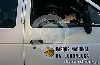 En kommandosoldat av den Gorongosa nationalparken, Mocambique Redaktionell Bild
