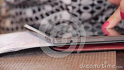 En kvinna skriver handskriven text i en anteckningsbok stock video