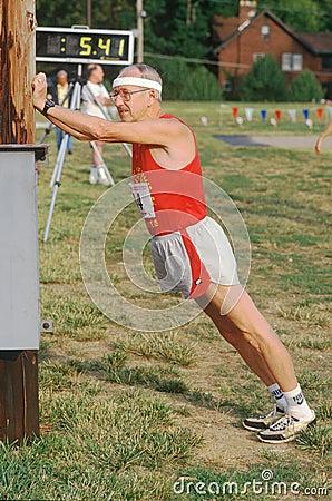 En löpare som förbereder sig för en race Redaktionell Fotografering för Bildbyråer