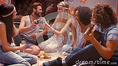 En los amigos de alta calidad del inconformista del formato en autocaravana en el festival almacen de metraje de vídeo