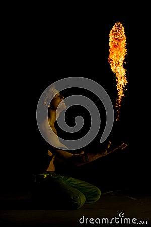 En man som kastar en boll av brand