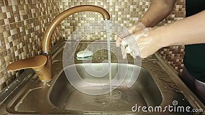 En man tvättar sina händer med tvål lager videofilmer
