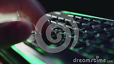 En mans hand skrivar kraftigt ut på tangentbordet med panelljuset Trevlig belysning close upp F?rfattares jobb Snabb utskrift stock video