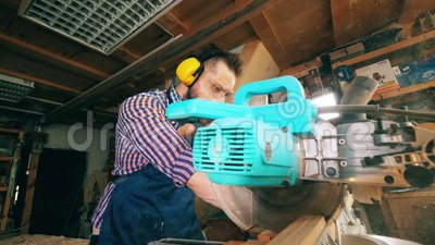 En snickare använder såg bänken, medan arbeta med trä arkivfilmer
