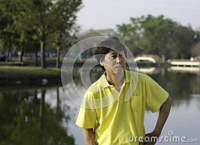 Hög södra asiatisk man