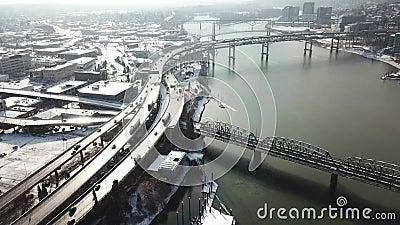 En tidlös bild av trafikstockningar på broar och motorvägar i solsken efter det att snön faller arkivfilmer