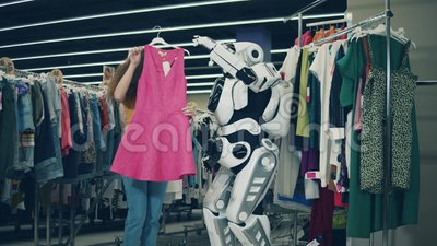 En vacker dam plockar kläder med cyborgs hjälp arkivfilmer