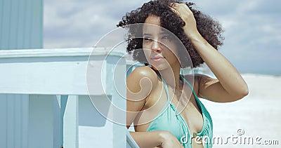 Encaixe a garota negra de maiô em resort video estoque