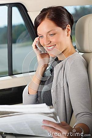 Encargado ejecutivo de la mujer que se sienta en coche la llamada