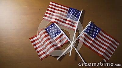 Encender la luz iluminando las banderas de Estados Unidos Abrir el concepto América otra vez almacen de video