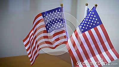 Encender la luz iluminando las banderas de Estados Unidos Abrir el concepto América otra vez metrajes