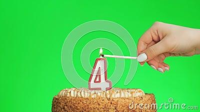 Encendiendo una vela número cuatro cumpleaños en un delicioso pastel, pantalla verde 4 almacen de metraje de vídeo