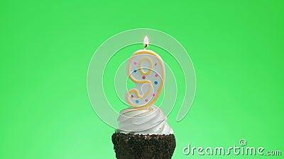 Encendiendo una vela número nueve cumpleaños en un delicioso pastel de taza, pantalla verde 9 almacen de metraje de vídeo