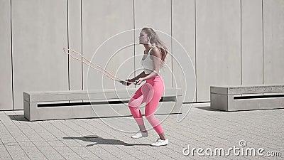 Energische junge Frau in der Eignungs-Ausstattung, trainierend unter Verwendung des springenden Seils stock video footage