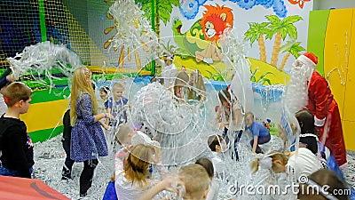 Energodar,乌克兰- 2017年12月29日:儿童` s节日 有圣诞老人戏剧的孩子与五彩纸屑 股票录像