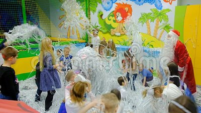 Energodar, de Oekraïne - 29 December 2017: Kinderen` s festival Spelen de kinderen met Santa Claus met confettien stock videobeelden