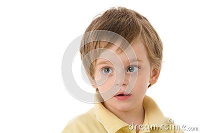 Enfant avec le regard fixe étonné