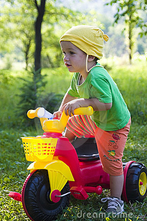 Enfant avec le tricycle